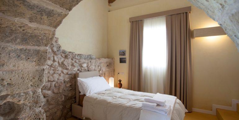 rif.-Lecce-masseria-Murrieri-foto-Letto-6