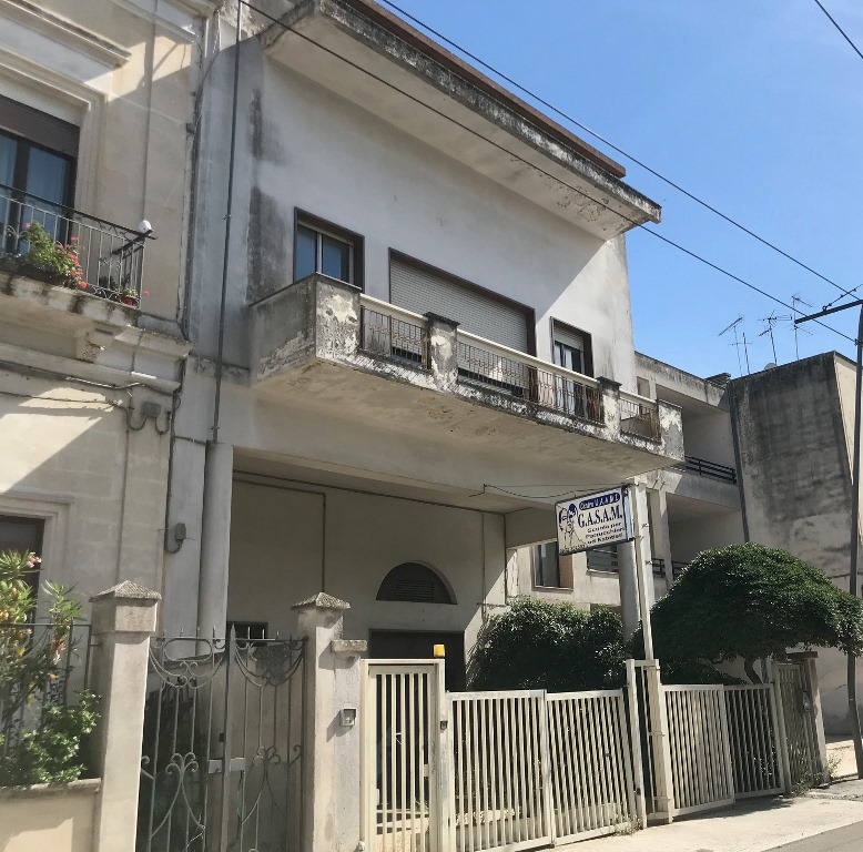Lecce EDIFICIO terra cielo: Locale  e appartamento